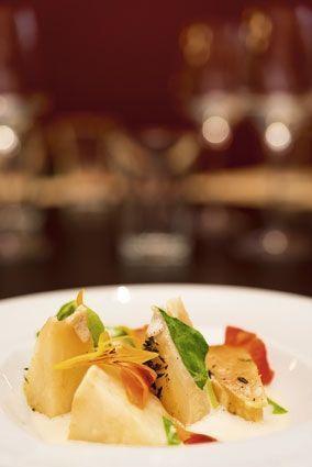Céleri rôti en papillote, crème d'ail, fleurs et feuilles de capucines. Par Yannick Alléno