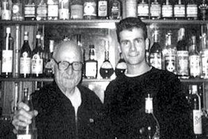 Alexandre avec son grand-père Paul, le patriarche, en 1989, dans la maison de la Tête-de-l'Evêque, à Signes.