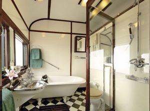Dans la suite Royale, le voyageur dispose d'une baignoire.