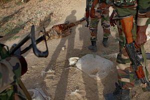 Le corps d'un combattant de Boko Haram abattu par les soldats nigériens, près du pont de Diffa.