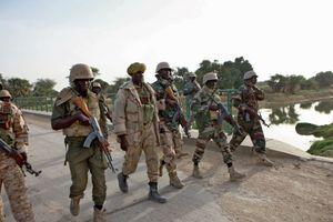 Des soldats nigériens sur le pont Diffa.