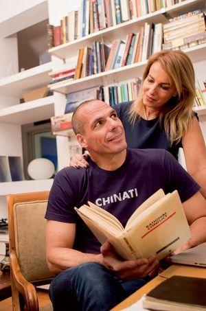 Yanis Varoufakis et sa femme, dans le salon.