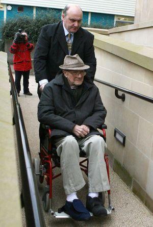 Shaun Greenhalgh avec son père George devant le tribunal où toute la famille a été condamnée, en 2007.