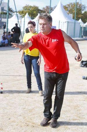En octobre 2013, Thierry Redler participe à un tournoi de pétanque à Aix-en-Provence.