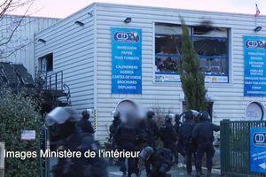 Image du ministère de l'Intérieur. Les hommes du GIGN se répartissent autour de l'imprimerie.
