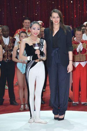 Pauline Ducruet remet un «clown de bronze» au 39e Festival international du cirque de Monte-Carlo, le 20 janvier 2015