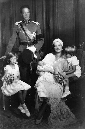 Le roi des Belges Léopold III et la reine Astrid avec leurs enfants Josephine-Charlotte, Baudouin et Albert en 1934