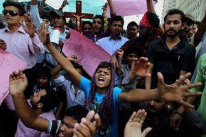 Les chrétiens manifestent pour montrer leur colère après les attentats meurtriers de dimanche.