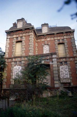 Le squat de Florence Rey et Audry Maupin, les deux seuls membres de l'OPR (Orgnisation de Propagande Révolutionnaire) rue Pecquet à Nanterre, dans un pavillon de brique rouge aux fenêtres et portes murées.