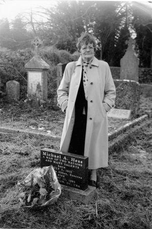 Philomena Lee, sur la tombe de son fils perdu.