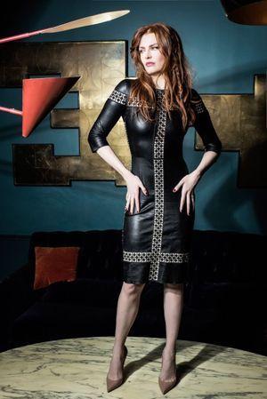 """Elodie Frégé pose pour Paris Match en robe en cuir brodé """"Jitrois""""."""