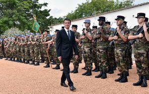 Dernière revue des troupes pour Manuel Valls le 30 octobre 2016 à Abidjan devant le du 43ème Bataillon d'infanterie de marine