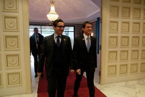 Le ministre du développement et de l'investissement Fadhel Abdelkefi accueille Manuel Valls à Tunis le 29 novembre 2016