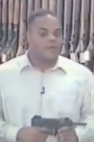 Vester Flanagan présentant une arme dans un de ses sujets.