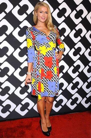 Paris Hilton portant une de ses robes portefeuilles lors de la grande soirée qu'elle a donnée en janvier dernier pour la même occasion.