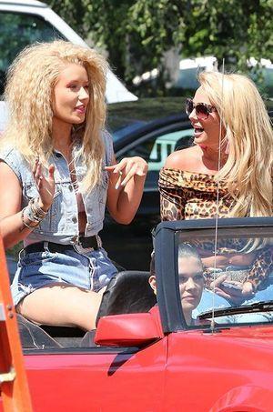 """Iggy Azalea et Britney Spears sur le tournage du clip """"Pretty Girls"""" le 9 avril dernier."""
