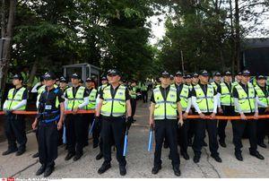 La police monte la garde devant le domaine de la «secte du Salut», fondée par Yoo Byung-eun.