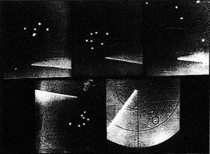 Cinq photos de l'écran radar du National Airport où apparaissent distinctement les objets qui ont survolé Washington.