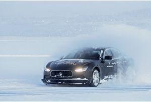 Le Père Noël joue avec une Maserati