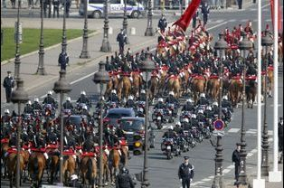 Le convoi du président français et de son homologue tunisien, escorté par des gardes républicains