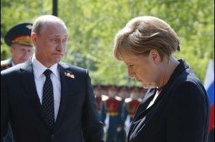De Vladimir Poutine ou d'Angela Merkel, difficile à dire qui est le plus gêné (mai 2015)