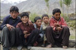 De jeunes garçons habitants un village au coeur de la montagne posent pour le photographe