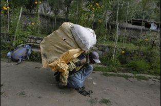 Hassan Trampa, habitant du village, s'apprête à gravir le sommet