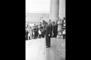 François Mitterrand au Panthéon. Derrière, on aperçoit Lionel Jospin