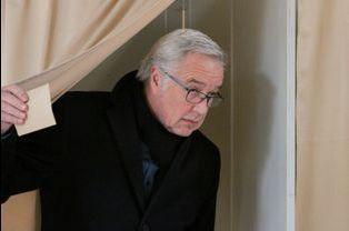 François Rebsamen a voté à Dijon pour le premier tour des élections départementales