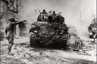 A Ecouche, dans l'Orne, les premiers blindés se dirigent vers Paris