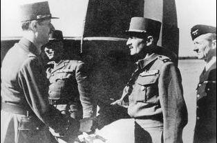 Le général Leclerc accueille le général de Gaulle à l'aéroport, le 26 août 1944