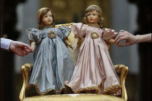 Des poupées parisiennes de la reine Elizabeth (celle de gauche) et sa soeur la Princesse Margaret
