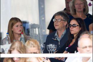 Bill Gates entouré de son épouse et de leur fille Jennifer