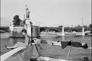 Défilé sur un bateau Mouche. 1962