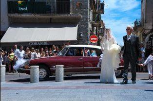 L'arrivée de la mariée avec son père en DS 21