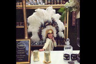 Jade se tient prête pour la grande soirée en l'honneur de son père