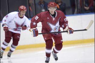 Vladimir Poutine joue au hockey à Sotchi, avant les JO, en janvier 2014