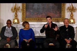 Timberlake au micro, près de Samuel Moore, Mavis Staples et Charlie Musselwhite