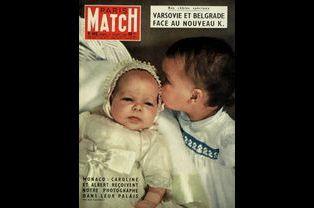 La princesse Caroline de Monaco, embrassée par son frère, le prince Albert pour la couverture du numéro 482, le 5 juillet 1958