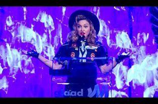 La chanteuse Madonna habillée en scout