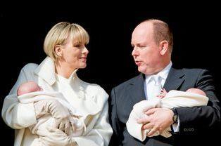 La princesse Charlène et le prince Albert présentent leurs jumeaux Gabriella et Jacques au balcon du palais de Monaco, le 7 janvier 2015