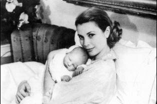 Albert, en 1958, dans les bras de sa mère Grace