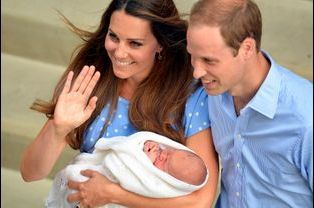 Le prince George avec ses parents Kate et William, le 23 juillet 2013