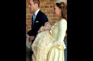 Le prince George avec ses parents Kate et William, le 23 octobre 2013