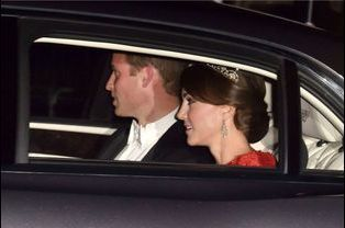 La duchesse de Cambridge Kate et le prince William arrivent à Buckingham Palace, le 20 octobre 2015