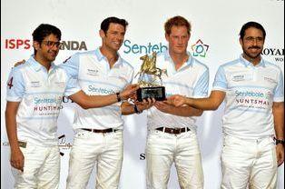 Le prince Harry vainqueur avec son équipe de la Coupe de polo Sentebale à Abou Dhabi, le 20 novembre 2014