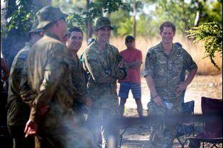 Le prince Harry avec des membre de la NORFORCE à Kununurra, le 9 avril 2015