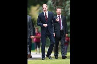 Le prince William discute