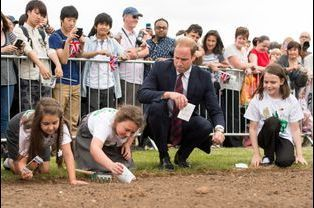 Le prince William regarde les enfants planter des graines