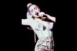 Madonna portant le célèbre corset-cône pour sa tournée Blond Ambition en 1990